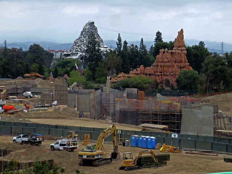 PICTORIAL: Mansion transforming and Halloween continues pouring in, plus Star Wars construction and more