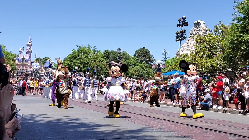 PICTORIAL: Temps rise, crowds too; plus Band-tastic Cavalcade, Marvel, Pixar, and yes, Halloween Time already!