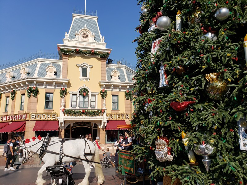 PICTORIAL: Holidays begin at the Disneyland Resort while Star Wars, Parking, and more construction continues