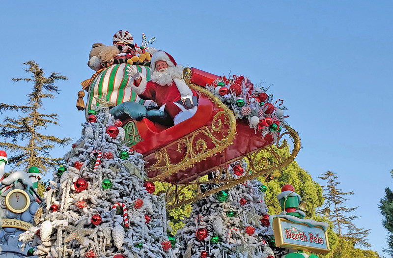 WATCH: 'A Christmas Fantasy Parade' charms and delights at Disneyland for 2019 #DisneyHolidays