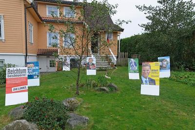 Vor dem Haus haben wir die Wahlplakate der großen Parteien aufgestellt.
