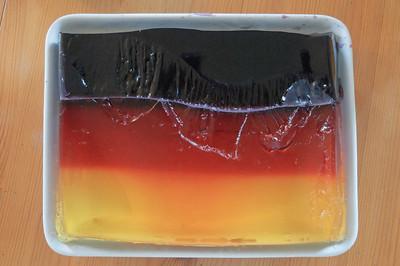 Den Wackelpudding hat Helga in den deutschen Nationalfarben gemacht. Die schwarze Farbe war nicht einfach.