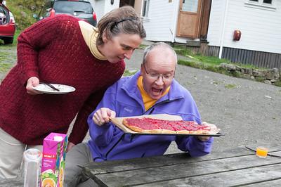 Zucker für den Streusel hatten wir nicht, aber der Kuchen hat mit Quark auch toll geschmeckt.