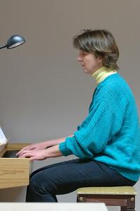 Helga begleitet uns am Klavier.