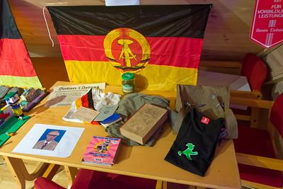 Peter hat ein kleines Museum mit Erinnerungsst+ucken aus der DDR und BRD aufgebaut.