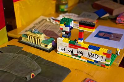 Einige der Kinder haben die Mauer aus Lego gebaut.