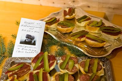 Auf dem Buffet gab es typisches aus Ost und West. Hier Berliner Knüppel mit Wildschweinwurst und Spreewaldgurken. Mit freundlichen Grüssen von Honnie.