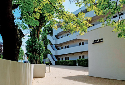 05 Isokon Building. 1–32 Lawn Road, Camden. Wells Coates. 1934. The parking forecourt, a novelty at the time of construction