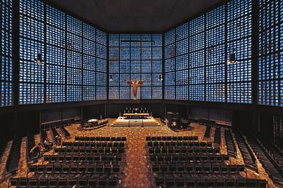 08 Innenraum der neuen Kaiser-Wilhelm-Gedächtniskirche mit ihren charakteristischen blauen Glaswänden