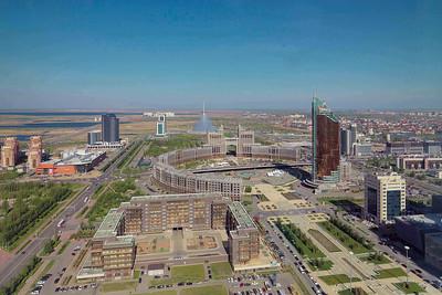 """Astana: Blick nach Westen auf den """"Runden Platz"""" und Norman Fosters Chan-Schatyr-Einkaufszentrum (2013)"""