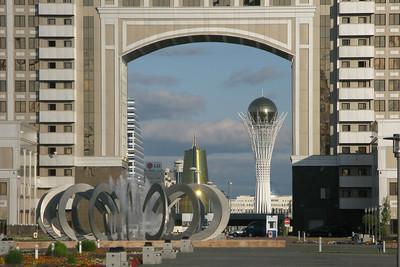 Astana: Blick durch die Firmenzentrale von KazMunaiGaz auf den Baiterek-Turm