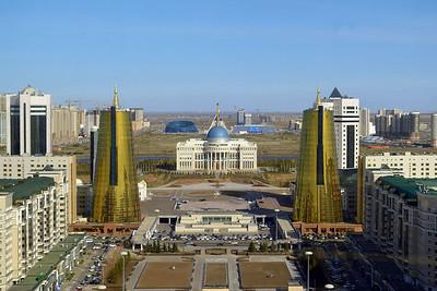 """Astana: Blick nach Osten auf das Regierungsviertel mit der Präsidentenresidenz """"Ak Orda"""" (2014)"""