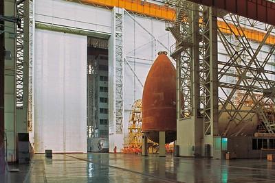 Baikonur: Montagehalle mit ausgemusterten Bauteilen von Raumfahrzeugen