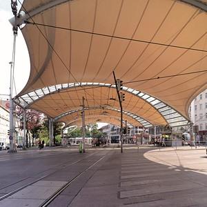"""Zeltdachkonstruktion (Architekten Tillner und Willinger) vor dem 150 Meter langen """"Bücherschiff"""", der Stadtbibliothek und größten Freitreppe Wiens, entworfen von Ernst Mayr"""