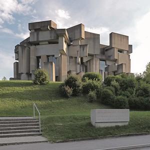 Kirche zur Heiligsten Dreifaltigkeit (Fritz Gerhard Mayr und Fritz Wotruba, 1976)