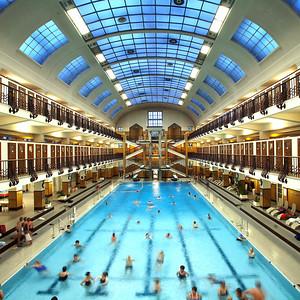Blick in die Schwimmhalle des Amalienbads in Favoriten