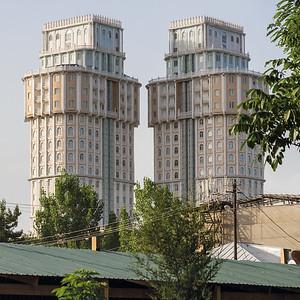 06 Dushanbe Plaza  pr. Rudaki 38∕1. Die »Twin Towers« von Duschanbe: das Geschäftszentrum Dushanbe Plaza