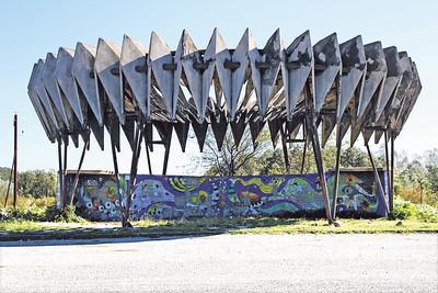02 Buspavillon | Bus pavilion. Autobahn nach Pizunda | Motorway towards Pizunda. Architekt | Architect: Giorgi Tschachawa, Künstler | Artist: Surab Kapanadse, Surab Leschawa, Nodar Malasonia 1970er Jahre | 1970s