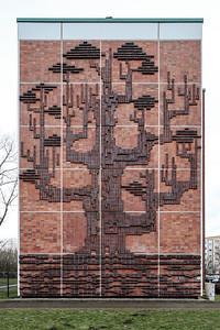 07 Rostock, Mecklenburg-Vorpommern, Evershagen. Wohnungsbau, 1974: Luft – Erde – Wasser, Reinhard Dietrich. VEB Wohnungsbaukombinat Rostock. Hochrelief, Wohnhaus, Giebel, Nordseite, Klinker, glasiert, 10,80×15,20 Meter