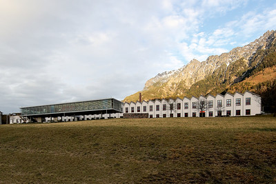 08 Das Gebäude der Universität Liechtenstein befindet sich in den alten Spinnereigebäuden der Jenny-Spörri-Firma. Die Architekten Karl&Probst aus München setzten dem historischen Bau einen aufgeständerten Glaskubus vor.