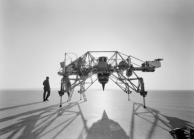 01: Das Lunar Landing Training Vehicle der NASA kurz vor einem Testflug über einem Salzsee  in Nevada. Die Konstruktion gehorcht den ureigenen Gesetzen der Statik. | NASA's Lunar Landing Training Vehicle shortly before a test flight over a salt lake in Nevada. The construction follows the primal laws of statics.