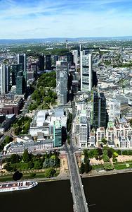 03 Blick auf das Hochhauscluster des Frankfurter Bankenviertels Richtung Norden, im Hintergrund der Bergrücken des Taunus
