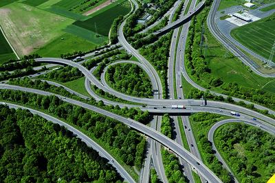 02 Das Frankfurter Kreuz, einer der meistbefahrenen Straßenknotenpunkte Europas, südwestlich von Frankfurt in der Nähe des Flughafens.
