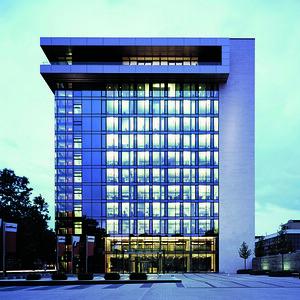 04 Stadtwerke Hochhaus, Mainz. Architekten: Kissler+Effgen Architekten, Bierbaum.Aichele.Landschaftsarchitekten (Sanierung/Erweiterung), 2010