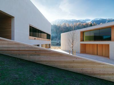 11 Naturparkhaus Puez-Geisler und Grundschule mit Kindergarten. Burger Rudacs Architekten, 2009