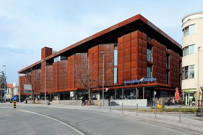 06 Jugoslawiens erstes Gebäude mit Cortenstahl-Fassade: Entworfen wurde das Einkaufszentrum Globus mit den drei davor positionierten Pavillons von Edvard Ravnikar.