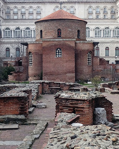 01 St Georgs-Kirche war ehemals eine römische Rotunda aus dem 4. Jhdt. Die Fresken stammen aus dem 14. Jhdt | St George's church was previously a late Roman rotunda from the 4th C, but much later in the 14 C it has acquired the magnificent frescoes, still well preserved on its dome.