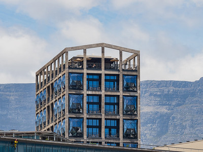 Cape Town, South Africa.  In 2017 the unquestionably coolest art museum in Africa was opened where up to 2001 only grain had been stored. The design by the British architecture and design studio Thomas Heatherwick is truly spectacular. The historic silo, which dates back to 1921 and lies at Cape Town's V&A Waterfront, was kept in its cubist shape, but treated to a radical redesign which led to the creation of some 6,000 sq m of exhibition space and the world's largest museum for contemporary art from Africa and its Diaspora. A highlight is the monumental atrium, which was cut from the building's volume of 42 prestressed concrete tubes and resembles a 27 metre high corn cob. | Wo vor 2001 noch Getreide gelagert wurde entstand bis 2017 das fraglos angesagteste Kunstmuseum Afrikas. Der Entwurf des britischen Architektur- und Design-Studios Thomas Heatherwick ist in der Tat spektakulär. Das historische Silo aus dem Jahr 1921 an Cape Town's V & A Waterfront wurde in seiner Kubatur erhalten, aber einem radikalen Umbau unterzogen, wodurch mit gut 6000 m Ausstellungsfläche das weltweit größte Museum für zeitgenössische Kunst Afrikas und seiner Diaspora entstand. Highlight ist das monumentale Atrium, das in Form eines riesenhaft vergrößerten Maiskorns von 27 Metern Höhe aus den 42 massiven Stahlbetonröhren des Speichers herausgeschnitten wurde.