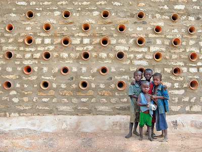 02 Bolmo, Mali. Wie sich 200 Regenrohre kreativ für die Belüftung eines Lagerhauses verwenden lassen, hat vor einigen Jahren Emilio Caravatti mit seinem Team gezeigt. Für eine Genossenschaft von Bauern im Nordosten Malis errichtete der Italiener ein Gebäude aus lokalen Baumaterialien. Heute könnte Caravatti die örtliche Bauleitung nur noch mit hohem Risiko machen: Die Region Mopti sowie der gesamte Norden des Landes wird immer wieder von Terrorgruppen heimgesucht, die nicht nur die lokale Bevölkerung durch Entführungen und Plünderungen verunsichern. Seine Architektur erfreut aber weiterhin die Dorfbewohner. | A couple of years ago Emilio Caravatti and his team showed how 200 downpipes could be creatively used for the ventilation of a storehouse. The Italian built the structure for an agricultural cooperative in the northeast of Mail from local construction materials. Today Caravatti would only be able to conduct the building supervision at a high risk to himself: the Mopti region, together with the whole of northern Mali, is repeatedly plagued by terrorist insurgents who create a deep sense of insecurity for the local population with their kidnappings and plundering. His architecture, however, is still a joy to the villagers.