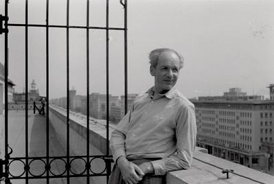 08 Rudolf Hamburger 1955, direkt nach der Rückkehr aus der Sowjetunion, auf der Dachterrasse von Richard Paulicks Wohnung in der damaligen Stalinallee in Ost-Berlin.