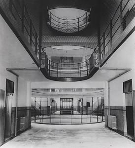 03 Das im September 1935 eröffnete Gefängnis (heute Tilanqiao -Prison) in der Ward Road (heute Changyang Lu) ist immer noch in Betrieb. Es befindet sich im Stadtteil Hongkou. Rudolf Hamburger entwarf einen Bau für 30 weibliche Häftlinge und einen weiteren für 150 männliche Häftlinge. Das Moderne daran war, dass eine Person den sechsgeschossigen Männertrakt mit kreuzförmigem Grundriss vom Zentrum aus überwachen konnte. Von der Mitte konnte die Wache alle Bereiche übersehen. Die Geschosse waren mit Metallnetzen gesichert.