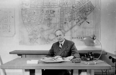 10 Rudolf Hamburger 1960 in seinem Büro in Hoyerswerda vor dem großen Plan der neuen Stadt.