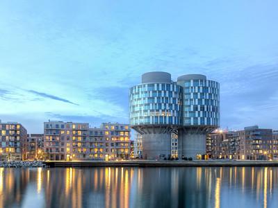 11 Deutsche Botschaft Kopenhagen (Dänemark), Kanzlei (2018). Nach dem Umzug von einem Stadtpalais in  Büroetagen der umgenutzten Portland-Silos (Design Group Architects) hat sich das architektonische Erscheinungsbild der diplomatischen Vertretung stark verändert.