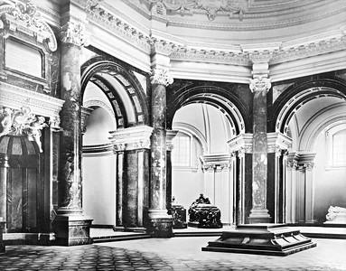 04 Der Innenraum der Denkmalskirche, um 1905