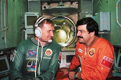 V.M. Afanasiev (commander) and M.K. Manarov (flight engineer) (left to right), members of the principal Soviet-Japanese crew of the Soyuz TM-11 spaceship, during training in the Mir simulator. The photo shows the position of the patch on Afanasiev's suit. Photo from the author's personal archive.V.M. Afanasiev (Kommandant) und M.K. Manarov (Flugingenieur), Mitglieder der Hauptmannschaft der sowjetisch-japanischen Mannschaft von Sojus TM-11, während des Trainings im Mir-Simulator. Das Foto zeigt die Position der Abzeichen auf Afanasievs Anzug.Foto: Autorenarchiv