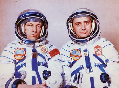 The back-up Soviet-Czechoslovakian crew of the Soyuz-28 spaceship (left to right): N.N. Rukavishnikov and O. Pelczak. This photo, like the previous photo, shows the Interkosmos patch on the cosmonauts' spacesuits. Photo from the author's personal archive.Reservemannschaft der sowjetisch-tschechoslovakischen Mannschaft von Sojus-28 (links nach rechts): N.N. Rukavishnikov und O. Pelczak. Auf diesem Bild ist das Interkosmos-Abzeichen auf dem Raumanzug zu erkennen.Foto: Autorenarchiv