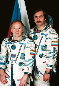 The final crew of the Soyuz TM-26 spaceship (left to right): A.Y. Soloviev, P.V. Vinogradov. The photo shows the position of the patch on the crews' spacesuits. The patches remained on the spacesuits even after the flight programme was changed. Photo from the author's personal archive.Endgültige Mannschaft der Sojus TM-26 (links nach rechts): A.Y. Soloviev, P.V. Vinogradov. Das Foto zeigt die Positon der Abzeichen auf den Raumanzügen. Die Abzeichen blieben auf den Anzügen, auch nachdem das Programm Änderungen unterzogen wurde. Foto: Autorenarchiv