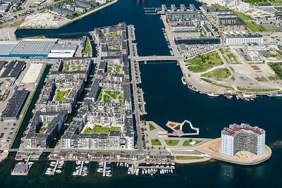 08 SLUSEHOLMEN | KOPENHAGEN KANALSTADT Sluseholmen ist eine Blockstadt auf dem Wasser mit grünen Innenhöfen. Die Luftaufnahme zeigt die erste, bereits durchgeführte Etappe. Die Kanalstadt wird jedoch noch erweitert, wie der Plan auf der rechten Seite verdeutlicht.