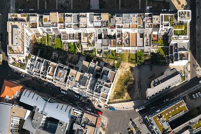 07 FRIEDRICHSWERDER | BERLIN  MODERNE MITTELALTERSTADT Schmale Häuser, die man von der Straße aus betritt, ein Mix aus Wohnen und Gewerbe. Läden und Cafés im Erdgeschoss zur Geschäftsstraße hin, halbprivate Zonen an den Eingangsfassaden der Wohnstraßen, eine vielfältige Architektur in menschengerechtem Maßstab.