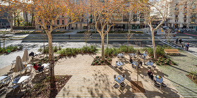 10 PASSEIG DE SANT JOAN | BARCELONA AUFENTHALT UND SPIEL Aufenthaltsmöglichkeiten und Spielplätze verteilen sich punktuell in der Außenzone der breiten Gehwege.  Architektin: Lola Domènech Arquitecta.