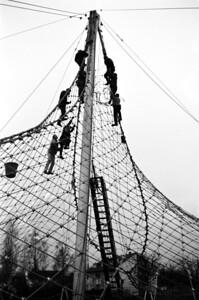 04Errichtung des Versuchsbaus, -Spannen des Seilnetzes, Februar 1966
