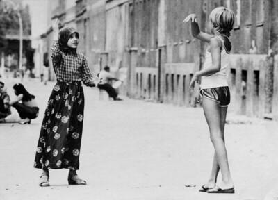 12 Zwei Schulmädchen in Berlin-Kreuzberg 1980 – Verständigung und Austausch als Basis für stadträumliche Integration.
