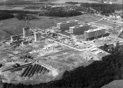 05 Als erste bundesdeutsche Universitäts-Neugründung nach dem Krieg wurde die Ruhruniversität Bochum in zehnjähriger Bauzeit errichtet (1964–1974, Architekten: Hentrich, Petschnigg & Partner). Sie entstand als Campus-Universität außerhalb der Stadt in Querenburg. Foto der Baustelle (1968).