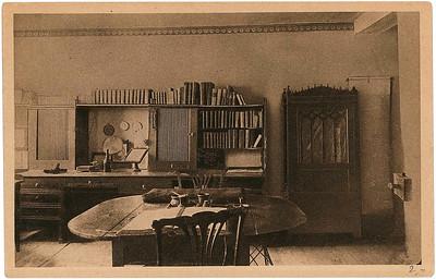 »Man weiß, wie primitiv das Arbeitszimmer Goethes gewesen ist«. – Benjamin schickte diese Ansichtskarte am 6. Juni 1928 an Alfred und Grete Cohn und erwähnt auch hier wie am Schluss des Weimar Essays, dass er in diesem Raum für kurze Zeit »allein« gewesen sei (GB III, 386).Bild: Archiv Detlev Schöttker