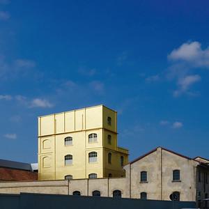 Mailand: Das Kunstareal der Fondazione Prada mit dem mit Blattgold belegten Haunted House für SonderausstellungenBild: Moritz Holfelder