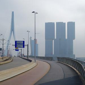 Rotterdam: Der Hochhauskomplex De Rotterdam hinter der ErasmusbrückeBild: Moritz Holfelder